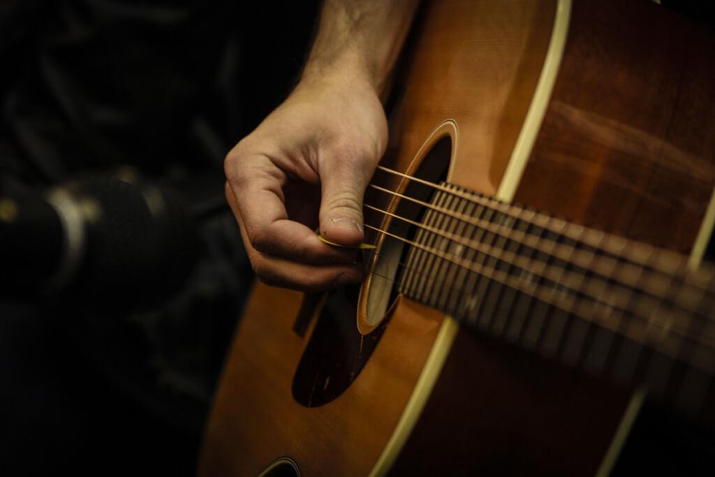 初心者でも安心!おすすめのアコースティックギターの買い方は?